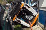 Incidente a Capri, precipita un minibus: morto l'autista, 19 feriti