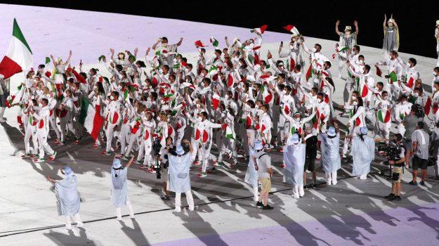 Italia in bianco alle Olimpiadi: la discussa divisa con il cerchio tricolore. Ecco chi è lo stilista