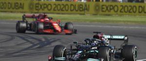Leclerc beffato al penultimo giro, Hamilton vince e riapre il Mondiale