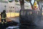 Lamezia Terme, fiamme nel minibus in sosta nei pressi dell'aeroporto: conducente illeso