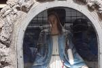 """La Madonna """"piange sangue"""": la scoperta in un giardino di San Gregorio D'Ippona"""