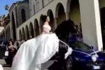 Palmi, la sposa arriva in chiesa a cavallo. Ma l'animale cade a terra. Troppo caldo? - IL VIDEO