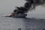 A fuoco nave Guardia di finanza: affondata al largo di Bianco. Salvi i 9 finanzieri a bordo VIDEO | FOTO