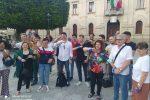 I manifestanti con il nastro blu come le strisce dei parcheggi di Reggio Calabria