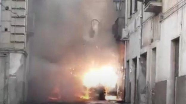 Rossano, esplode auto in uso a una persona nota alle forze dell'ordine