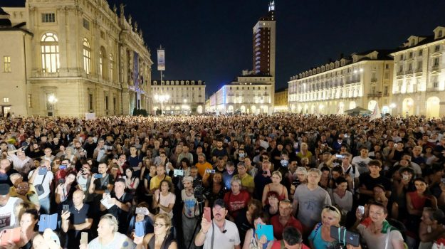 A Torino in migliaia in piazza contro il Green Pass. Domani manifestazioni in altre città