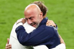 """Le lacrime di Mancini e Vialli, Chiellini con la coppa a letto e l'aereo """"Isola di Lipari"""". LE IMMAGINI DEL TRIONFO"""
