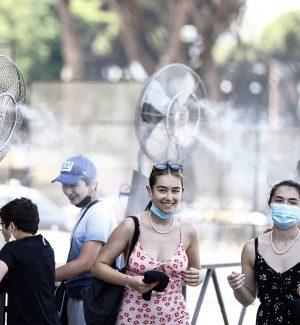 Ventilatori con acqua davanti al Colosseo
