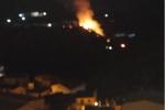 Fiamme altissime a Cirò, incendio minaccia diverse abitazioni - FOTO