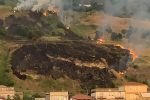Pizzo, in fiamme la collina che sovrasta l'ex Provinciale 522 - VIDEO