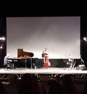 Il racconto musicale di Piovani incanta il pubblico del Grillo Cinema Village di Soverato