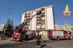 L'autoscala in azione in via Saffo a Crotone