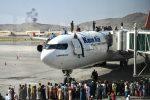 """Fuga dall'Afghanistan: in 85 arrivati da Kabul a Fiumicino. Il console Claudi: """"Una tragedia"""""""