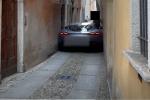 Ferrari da 200mila euro rimane incastrata in un vicolo: la disperazione del proprietario - VIDEO