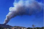 Spaventoso incendio a Campo Italia, evacuata una struttura: canadair in azione FOTO e VIDEO