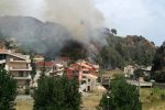 Messina, brucia anche Santo Stefano Medio: a rischio la casa di una famiglia in quarantena