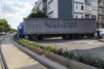 Messina, incidente sul viale della Libertà. Tir di traverso, investite due auto in sosta. Traffico in tilt