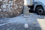 Taormina, errore in manovra: camion danneggia l'Arco di Porta Messina