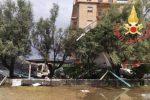 Tempesta di pioggia e vento su Falerna Marina. Gazebo divelti e tavolini spazzati via