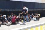 136 migranti sbarcano al porto di Reggio - LE FOTO
