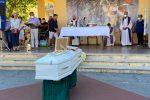 Ragazza sbranata dai cani, dolore e lacrime a Soverato per i funerali di Simona FOTO