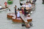 Venezia, il Violino di Noè suona sul Canal Grande: la barca-violino omaggio alla rinascita post pandemia
