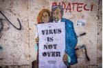 Un murale che ritrare Ilaria Capua e Roberto Burioni