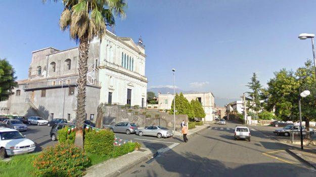 frazione di Acireale, lite in chiesa, Santa Maria degli Ammalati, Sicilia, Cronaca