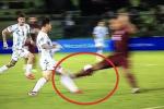 L'entrata killer di Martinez ai danni di Leo Messi in Venezuela-Argentina