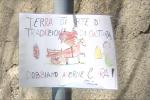 Rifiuti a Messina, bimba di 8 anni lascia un disegno sul palo per dire di no agli incivili