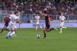 Mattia Destro segna il gol del 3-2 al Verona con una bottiglietta in mano