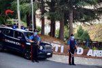Arena: assaltano con calci e pugni il portone della caserma, poi si scagliano contro i carabinieri