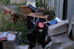 Cosenza, i vigili tra rifiuti e fili penzolanti FOTO