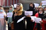 """Afghanistan, il diktat dei talebani: """"Donne non possono fare ministri, devono fare figli"""""""