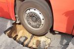 Messina, bus dell'Atm sprofonda in una buca sulla provinciale a Sperone