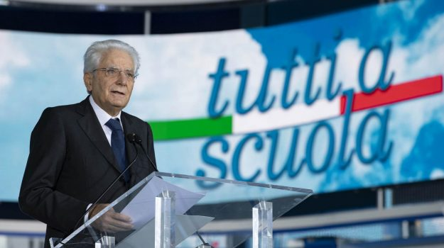 """Pizzo accoglie il presidente della Repubblica Mattarella: """"Scuole mai più chiuse grazie ai vaccini"""""""
