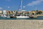 Migranti a bordo di una barca a vela sbarcano a Cirò Marina