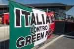 """Protesta """"No Green pass"""" a Milano, manifestanti provano a forzare il blocco della polizia"""