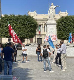 La protesta dei lavoratori dell'aeroporto di Reggio Calabria