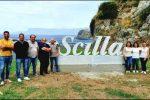 Il nome di Scilla accoglie i visitatori sulla Statale 18