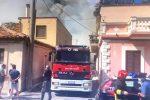 Siderno, incendio distrugge deposito in pieno centro abitato