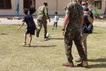 Sicilia, a Sigonella il sogno americano di molti afghani. Tantissimi i bambini