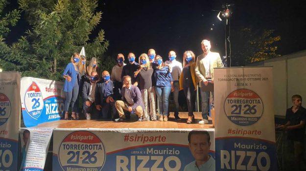 Maurizio Rizzo insieme a candidati al consiglio e designati assessori