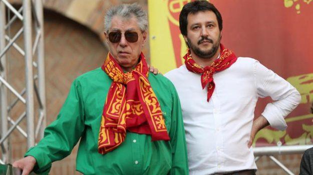 """Da """"Roma ladrona"""" all'ascesa nel palazzo. Il """"senatur"""" Umberto Bossi compie 80 anni"""