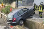 Messina, auto fuori strada a Giardini recuperata col verricello FOTO