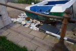 La spiaggia del Ringo a Messina tra rifiuti, carrelli e barche abbandonate: un immondezzaio
