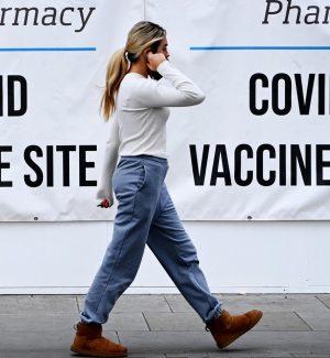 """Impennata di contagi Covid nel Regno Unito. Il ministro Javid: i no vax """"sono idioti"""""""