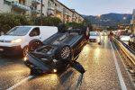 Messina, pauroso incidente allo svincolo di Gazzi: scontro fra due auto: una si ribalta. Tre feriti