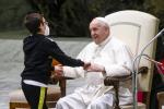 Bambino sale sul palco all'udienza generale. Papa Francesco... gli dà una sedia FOTO