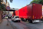 Messina, tir si incastra sotto il ponte di ferro a Gazzi. Traffico in tilt